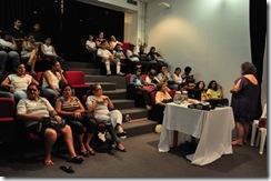Pessoas assistem palestra sobre audiodescrição no NCC