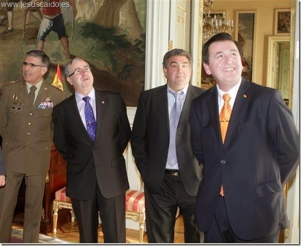 Una representación de la Cofradía con el entonces Coronel Conde de Arjona en su visita al Palacio de Buenavista (Foto Ejército de Tierra)