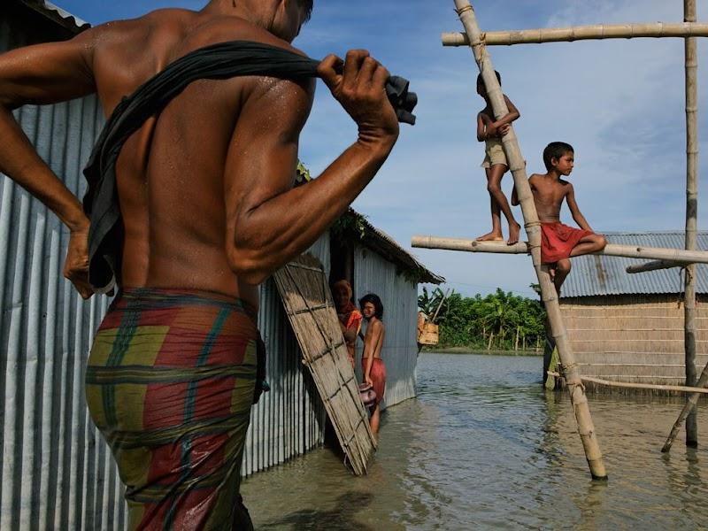 children-flood-bangladesh_37814_990x742.jpg