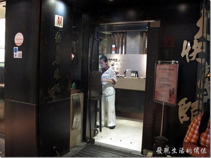 台北-鼎王長安東店。鼎王台北長安店的門口環境。