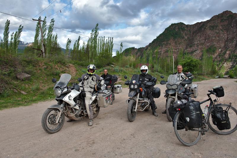 Si motociclistii elvetieni intorcandu-se din drum. Cu bicicleta tot inainte!