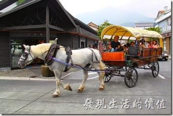 日本北九州-由布院街道。剛好碰上「觀光馬車Yufuin Basha」載著遊客回來了。