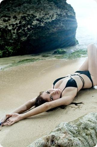 Model Semi Bugil Berpose di Pantai || gudangcewek.com