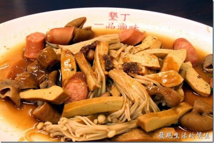 墾丁-一品滷味。這是我們點的滷味,有豆乾、熱狗、大腸、金針菇…等。大腸軟Q夠味,真的好吃。
