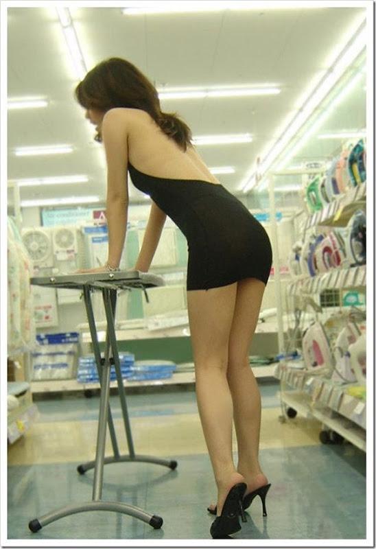 Garota com um mini vestido no supermercado (3)
