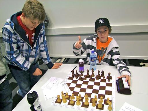 Eskild Grønn er OSSUs bunnsolide 4. bordbordsspiller. 6 av 6 poeng når turneringen er over. Nylig hjemkommet fra Nordisk for barneskoler hvor han ledet Bjølsen skole til en sterk 3. plass.