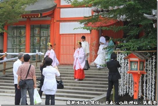 八坂神社-紙園祭,這邊還有一對新人剛從南樓門魚貫的走進來。
