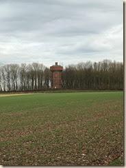Herderen, zijweg van 'Op den Drinkaert: de watertoren bevindt zich niet ver van de tumulus