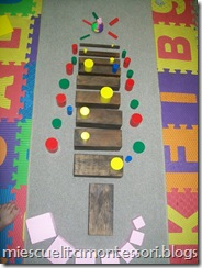 Christmas Tree Sensorial Extension (Photo from Mi Escuelita Montessori)