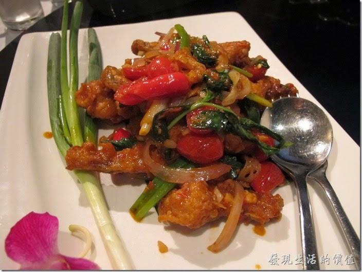 台北-香米泰國料理。泰北香炒田雞腿。一開始大家吃得很開心,後來有人說這是田雞之後,就有人不敢動了,其實蠻好吃的,因為只有田雞腿,所以吃起來有點像蟹肉棒的感覺,肉直反而介於魚肉與雞肉之間。