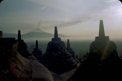 800px-Borobudur_Stupa_Merapi