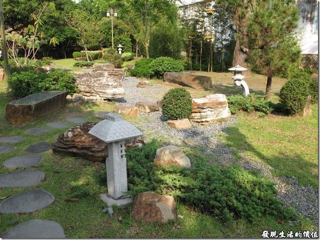台南-台鹽宿舍。除了房舍之外,外面的綠地及造景也幾乎都師承日式風格,雖然有時候日式或中國式的庭園我不是分得不是很清楚就是了!