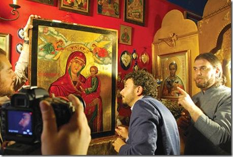 Скептик Массимо Полидоро рассматривает плачущую православную икону