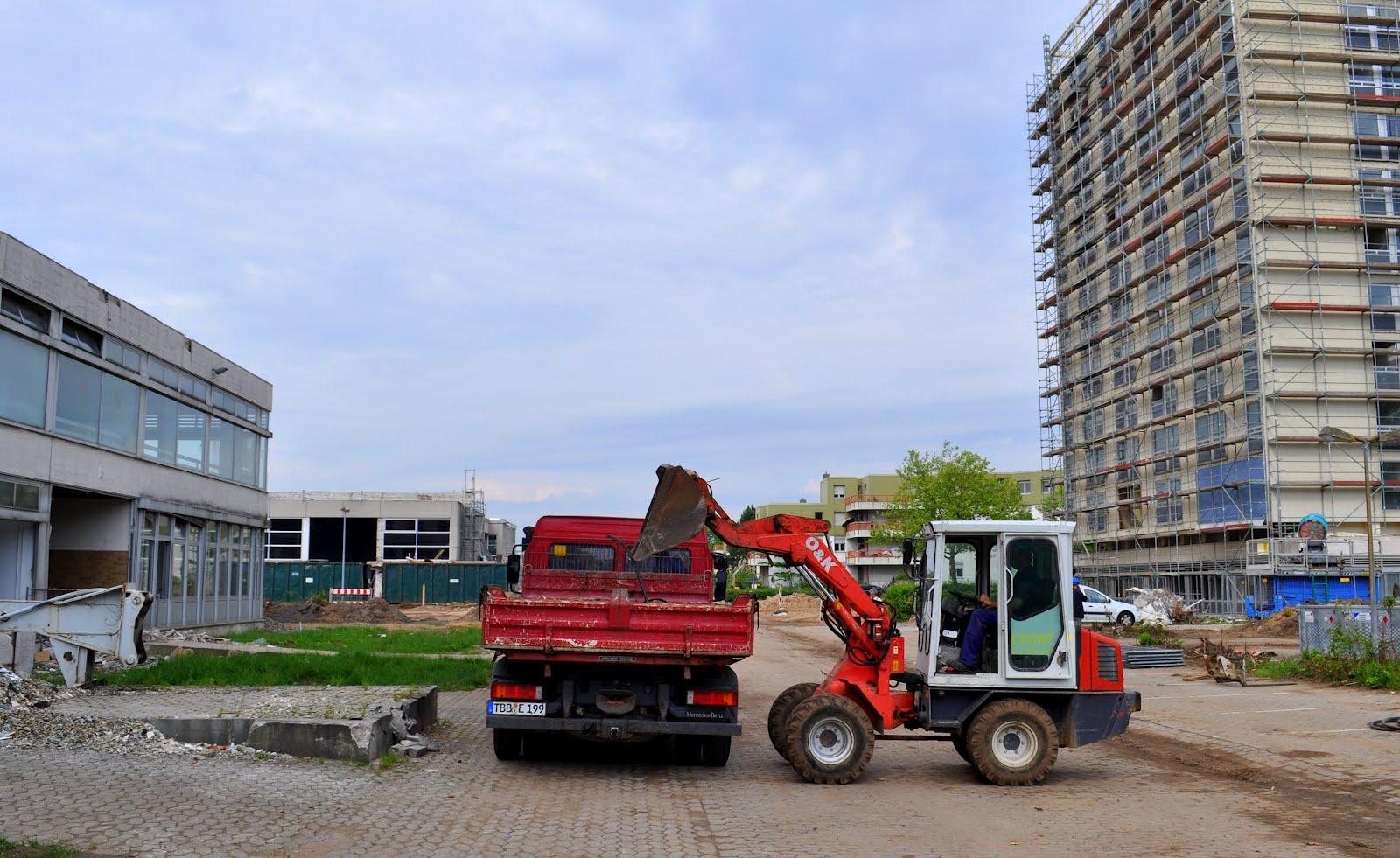 Beseitigung von Bauschutt. Im Hintergrund die Turnhalle
