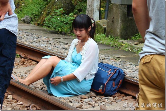 這妹快曝光了!來平溪線坐在鐵軌上拍照是一定要的!但還是要小心火車!