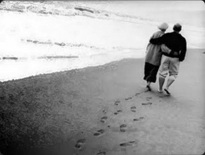 casal de velhinhos na praia