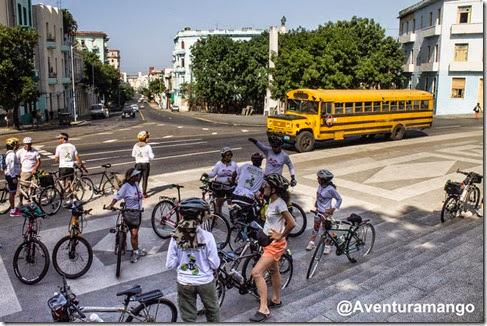 Grupo em frente à Universidade de Havana