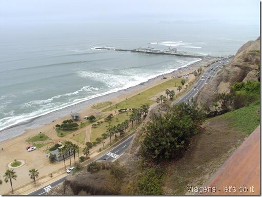 Vista do Oceano Pacífico e da falésia de Miraflores em Lima