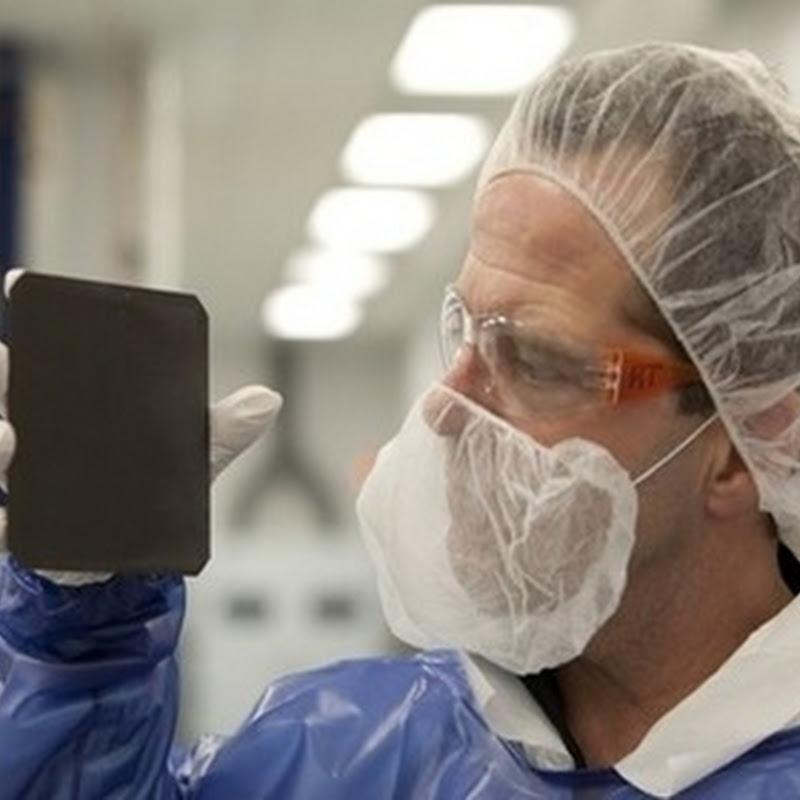 """La nueva celda solar """"negra"""" que absorbe 99.7% de la luz que recibe"""