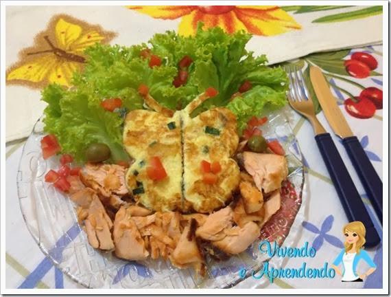 Salmão com salada e omelete borboleta