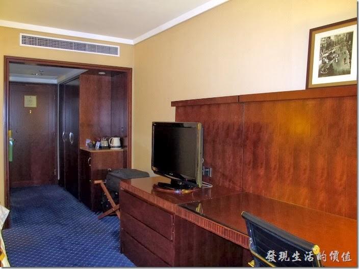 """上海-齊魯萬怡大酒店。客房內有液晶電視,好像是32""""的樣子。"""