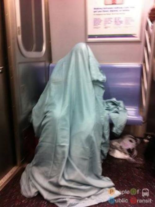 pessoas bizarras em metrô (20)