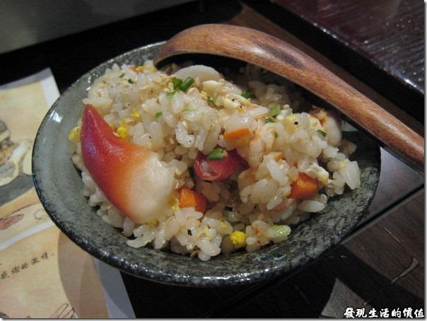 上海壽司天家。店家特地為不敢吃生魚片的同事準備了一碗海鮮炒飯,還特意把北極貝放在上面。