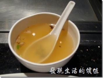 美國-路易斯威爾(Louisville) Sake Blue日本料理。如果點鐵板燒,會附贈「味噌湯(Miso soup)」以及「招牌沙拉(House Salad)」,味噌湯像王子麵的湯頭,沙拉只有千島醬的樣子。