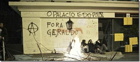 SP - PROTESTO/SP/ACAMPAMENTO - GERAL - Manifestantes permanecem acampados em frente ao Palácio dos Bandeirantes, sede do Governo   de São Paulo, na zona sul da capital paulista, na noite deste sábado (3). O muro do   Palácio foi pichado pelos manifestantes. O grupo seguiu para o local na noite de ontem   (2), após confronto com policiais em frente a Assembleia Legislativa durante o protesto   contra o governador de São Paulo, Geraldo Alckmin, e em apoio aos protestos no Rio de   Janeiro.    03/08/2013 - Foto: FELIPE PAIVA/FRAME/ESTADÃO CONTEÚDO
