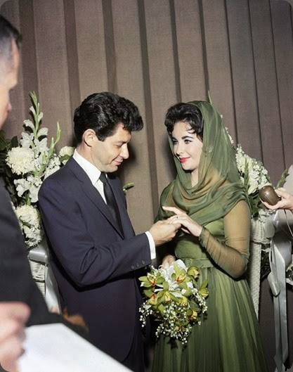 famous o-ELIZABETH-TAYLOR-WEDDING-900 Elizabeth Taylor and Eddie Fisher at their Las Vegas wedding ceremony in 1959