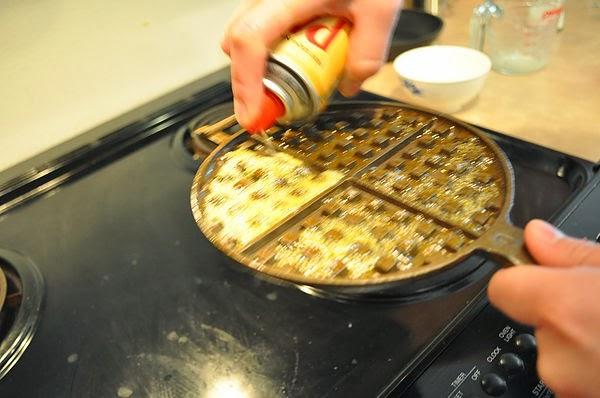 鬆餅鐵板先預熱,要適量上油