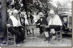 Melville Chater, mentre prende appunti sul suo viaggio in Albania, il regno più giovane d'Europa.