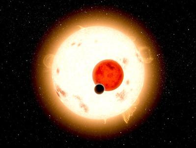 ilustração de planeta orbitando duas estrelas