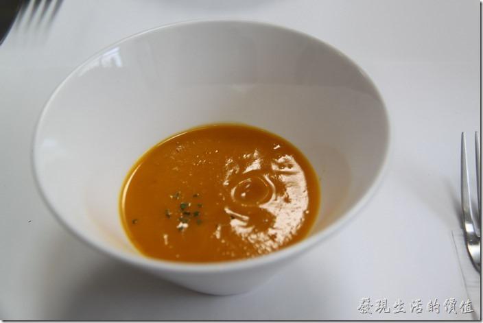 台南-茀立姆早午餐(FILM BRUNCH) 。開始上菜了,第一道上來的是「附餐湯品」,今天上的是南瓜濃湯,就是純南瓜下去作成的湯,沒有加任何的調味料,所以只吃得到南瓜的圓味,好像很多人吃不習慣的樣子,後來加了胡椒,感覺還是沒有任何提味,後來加來鹽巴,總算比較好喝了。