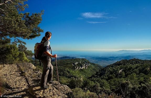 Panorama del Baix Camp des del camí ral de Reus a Prades, sota el coll de les Saleres.Serra de la Mussara, Muntanyes de Prades.Vilaplana, Baix Camp, Tarragona