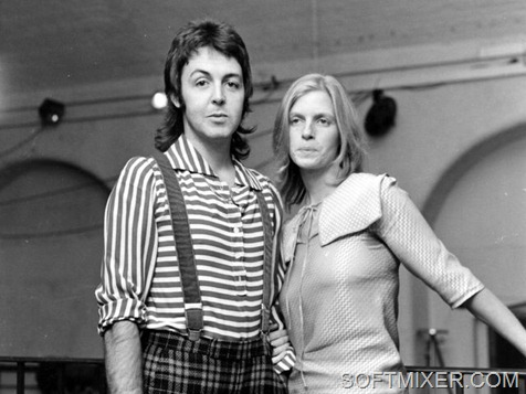 1st November 1972:  Ex-Beatle Paul McCartney, who has formed a new group called Wings, with his wife photographer Linda Eastman (1941 - 1998).  (Photo by Evening Standard/Getty Images)