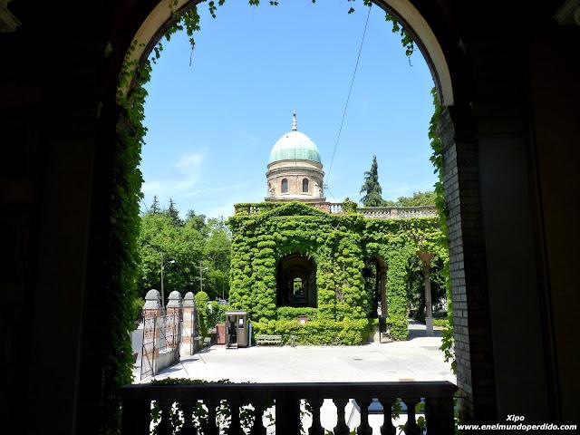 Interior-cementerio-de-Mirogoj-en-Zagreb.JPG