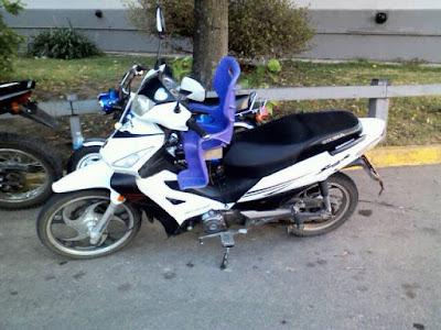 curiosa moto con asiento para bebés