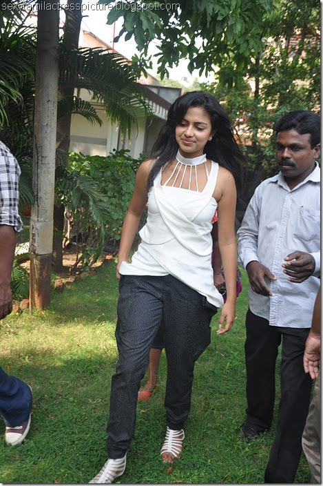 Vettai_amala_Paul_white_dress_stills