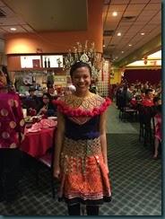 伊班族姑娘也穿了传统服装出席团拜