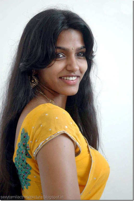 aravaan_dhansika_exposing_boobs_in_saree