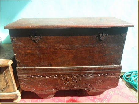 Grobok tua ukiran, kayu jati ukuran 110 x 49 x 85 cm, dulu digunakan untuk menyimpan harta