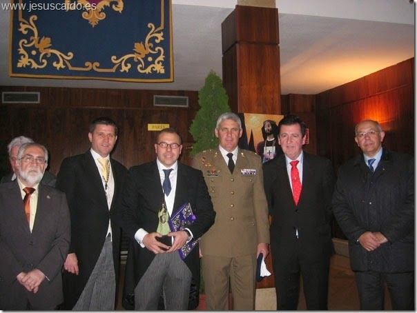 El teniente Arcos, el capitán Macías (presentador del pregonero), el pregonero Jesús Torres, el Tcol. Jefe del BHELA-1, nuestro secretario general y el coronel Torres