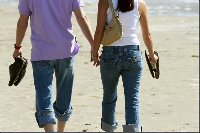 couple-holding-hands4