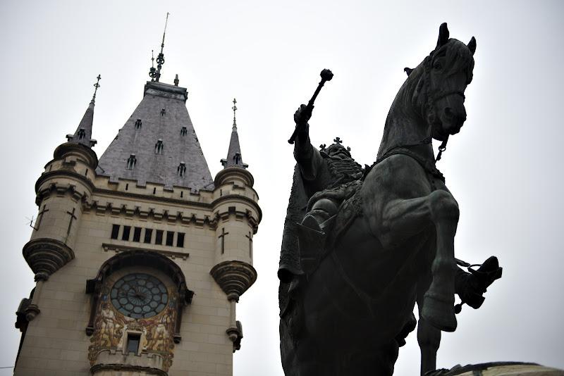 Stefan cel Mare si palatul culturii.
