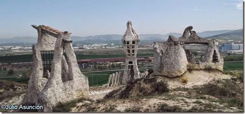 Monumento a la Batalla de Noáin - al fondo el campo de batalla
