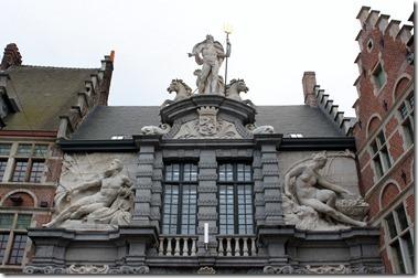 Oude Vismarkt 旧魚市場 17世紀建造の入口、レイエ川を象徴する女性像とスヘルデ川を象徴する男性像を両側に従えた海神ネプチューンの像