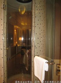 深圳寶利來國際大酒店,右邊是把簾子拉開,可以一虧整個房間,也可以看電視,拍照時忘了把電視打開了。