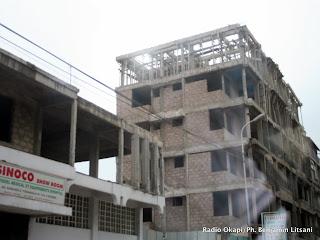 Une vue des bâtiments en construction à Kinshasa (Juin 2011). Ces dernières années, la capitale de la RDC est en plein boom immoblier. Radio Okapi/Ph. Benjamin Litsani