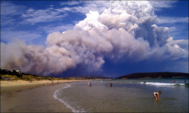 Smoke from a bushfire billows over hills near Forcett, east of Hobart, Australia, 8 January 2013. Photo: Reuters